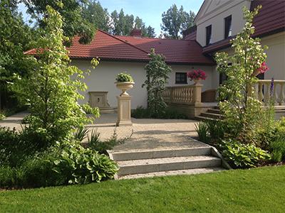 ogrod-rezydencjonalny-podkreslenie-wejscia-na-taras-i-wydzielenie-wnetrz-za-pomoca-malej-architektury